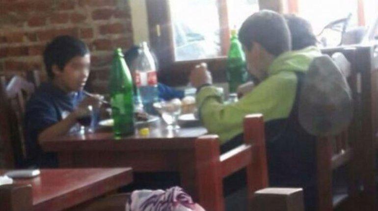 Para destacar: una parrilla le da de comer a chicos de la calle
