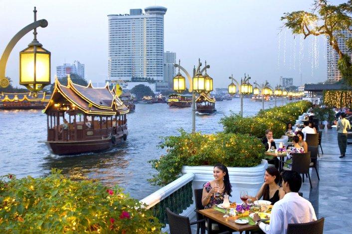 Se puede recorrer sus canales en embarcaciones y descubrir por qué se la llama la Venecia de Oriente.