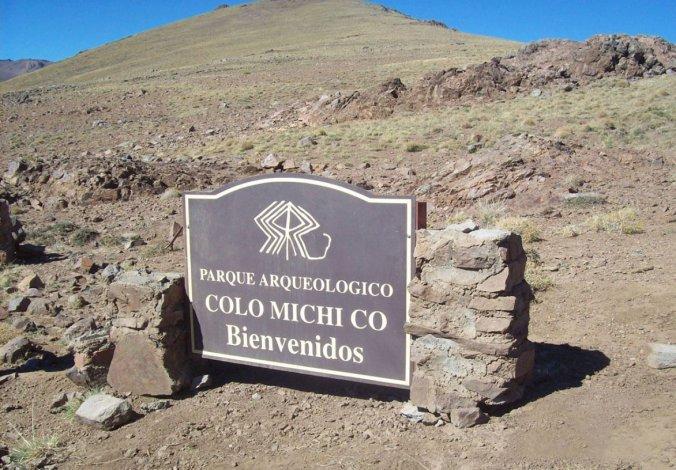 El Parque Arqueológico Colomichicó está ubicado a 520 km de la ciudad de Neuquén.