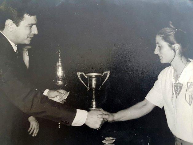 La profesora de educación física recibe la Copa del 72