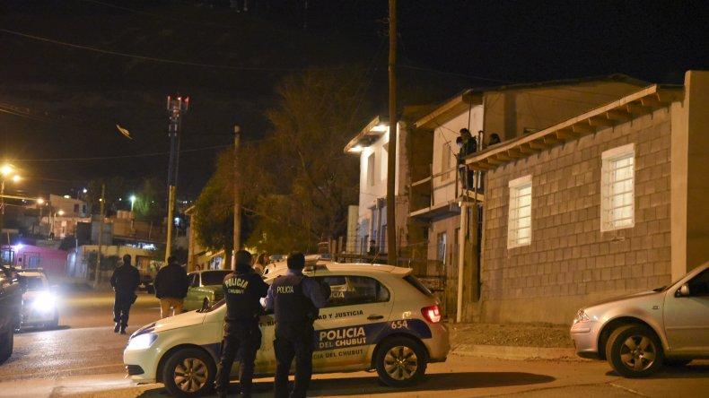 Durante la madrugada de ayer la policía allanó la vivienda de una de las familias en conflicto.