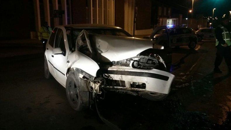 El VW Golf quedó destrozado tras el impacto contra el poste del semáforo situado a la altura del Club Huergo.