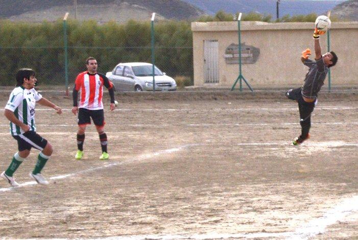 Laprida tomó la iniciativa y dejó sin invicto a General Roca en la penúltima fecha del fútbol local.