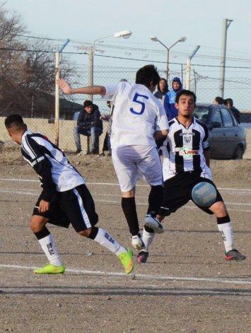 Alvaro Condori intenta ganar en el medio ante la marca de Aguilar y Martínez.