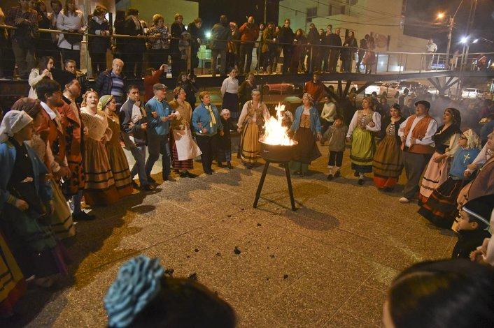 Las colectividades de la Península Ibérica celebraron la Fiesta de San Juan con bailes y rituales típicos.
