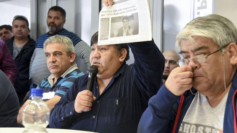 Jorge Avila muestra la nota de El Patagónico sobre las declaraciones del ministro Prat Gay.