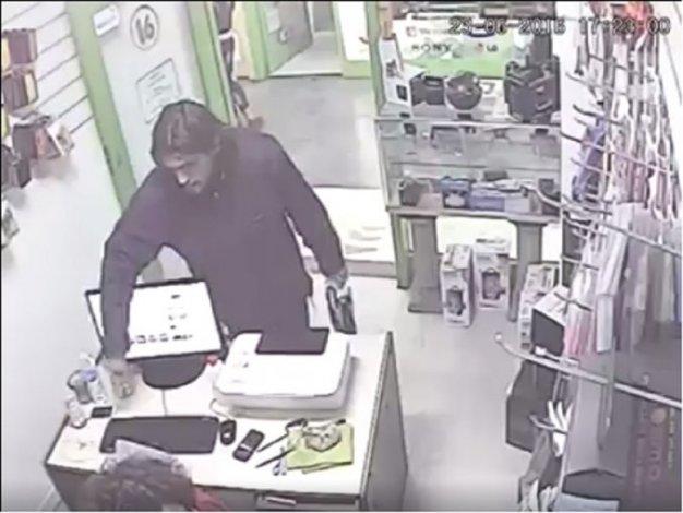Filmaron a un hombre robando un celular y lo escrachan en Facebook