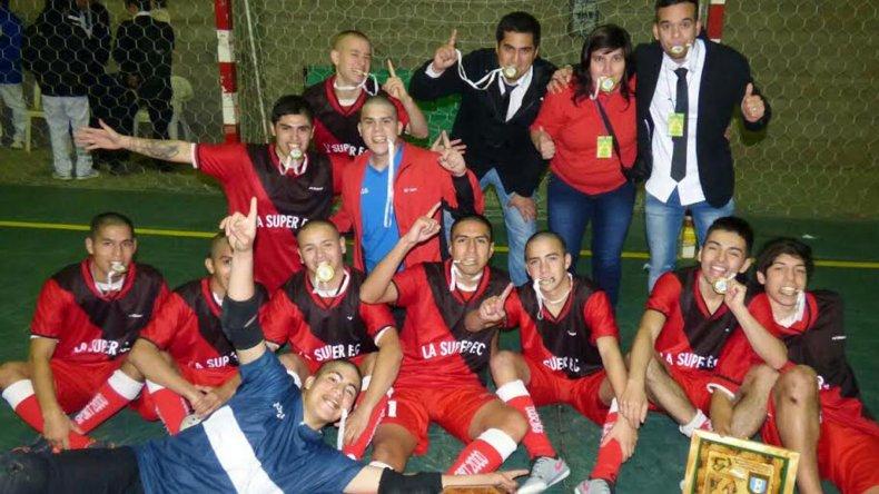 Los pibes de La Super y cuerpo técnico festejan la consagración la noche del sábado en Tucumán.