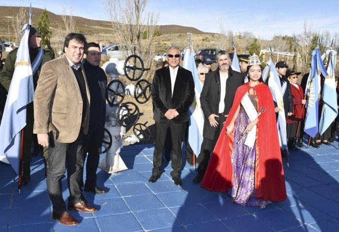 El intendente caletense Facundo Prades y los diputados Gerardo Terraz y Sergio Bucci acompañaron a las autoridades y vecinos de la comuna de Cañadón Seco.