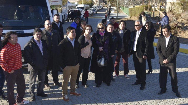 Directivos de la Fundación Santa Cruz Sustentable acompañaron a las autoridades a recorrer la obra de pavimento intertrabado que está prácticamente finalizada y cambia la fisonomía de la calle Pioneros Petroleros.