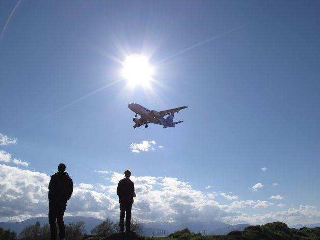 Esos individuos que juegan a la mancha con los aviones