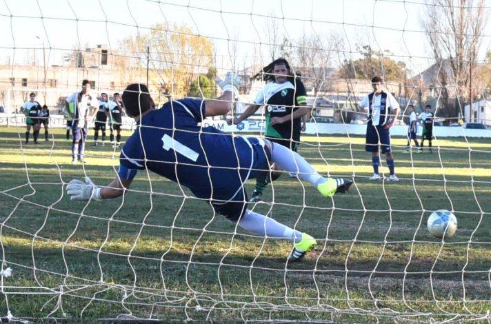 Armando Mansilla marca uno de sus cuatro goles que le anotó ayer a Ferro en cancha de Petroquímica.