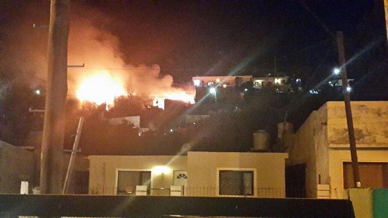 Un incendio consumió la totalidad de la vivienda en el barrio Laprida y reavivó el pedido de los vecinos por tener un destacamento en la zona.