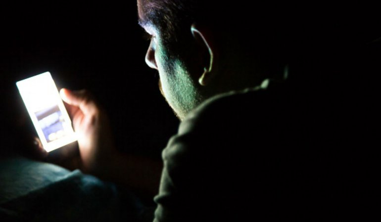 Alertan los riesgos que puede causar mirar el celular a oscuras