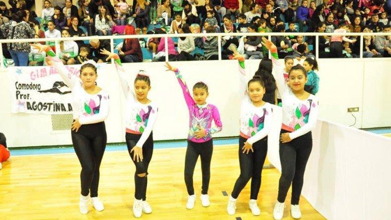 Las niñas en plena coreografía el último viernes en el gimnasio municipal 1.