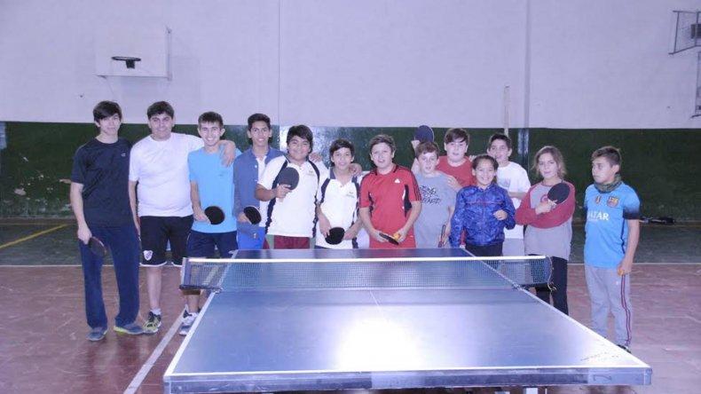 Los competidores que tomaron parte de la instancia zonal de los Juegos Evita en el tenis de mesa.