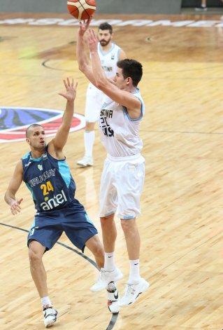 Leonel Schattmann tira de tres puntos ante la marca de Salvador Zanotta anoche en el juego disputado en Caracas.