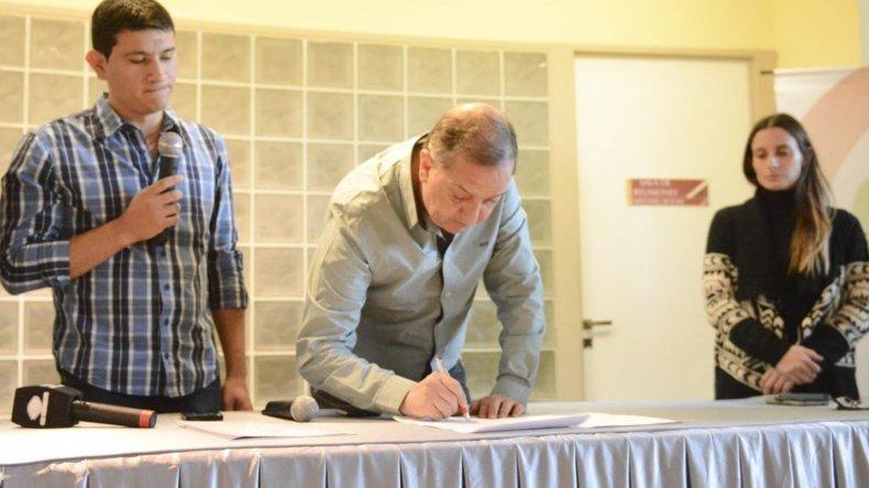El intendente Carlos Linares firma la adhesión de Comodoro Rivadavia al programa nacional Municipios en Acción.