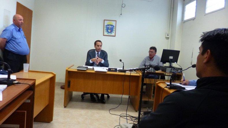 Sebastián Cárdenas al comparecer en el control de detención. Su rostro no se muestra ya que todavía debe ser sometido a una rueda de reconocimiento.