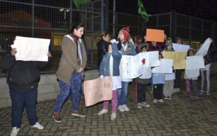 Ni os de jard n de infantes piden a manifestantes que los for Jardin 17 rio gallegos