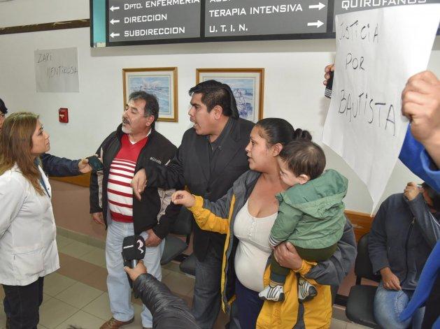 El abuelo y los tíos del bebé fallecido el lunes increparon a la directora general del Hospital Zonal y le pidieron explicaciones sobre el deceso de la criatura.