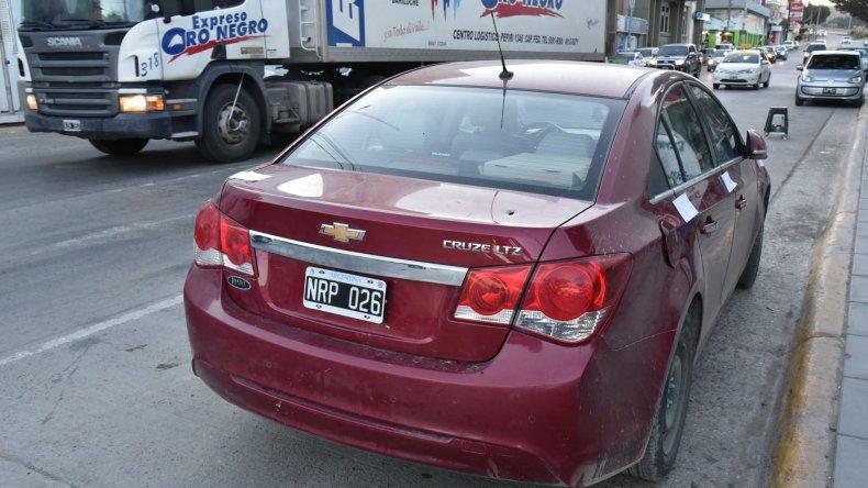 El Chevrolet Cruze que los vecinos del Moure señalaron como el vehículo en el que escaparon los delincuentes que le robaron una tablet a un niño de 7 años.