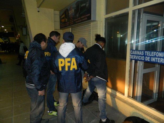 El momento en que la Policía Federal detiene a Bernardo Díaz Marte en la terminal de ómnibus.