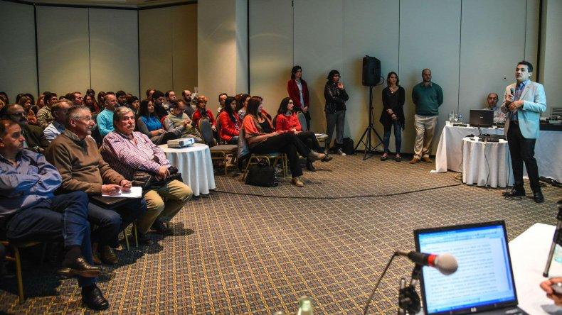 En un salón colmado de público se realizó la audiencia por el proyecto del Parque Eólico de YPF en Manantiales Behr.
