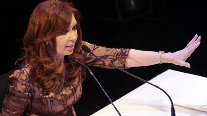 La ex presidente Cristina de Kirchner volvió a denunciar persecución política.