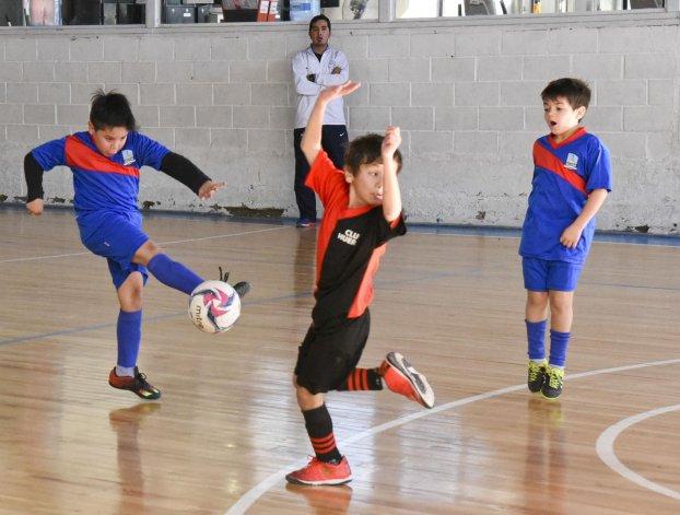Los chicos se preparan para jugar el domingo una nueva jornada de fútbol de salón infantil en la sede de la CAI.