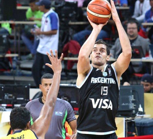 Leonardo Mainoldi prueba de tres puntos en el triunfo de Argentina ayer frente a Colombia.