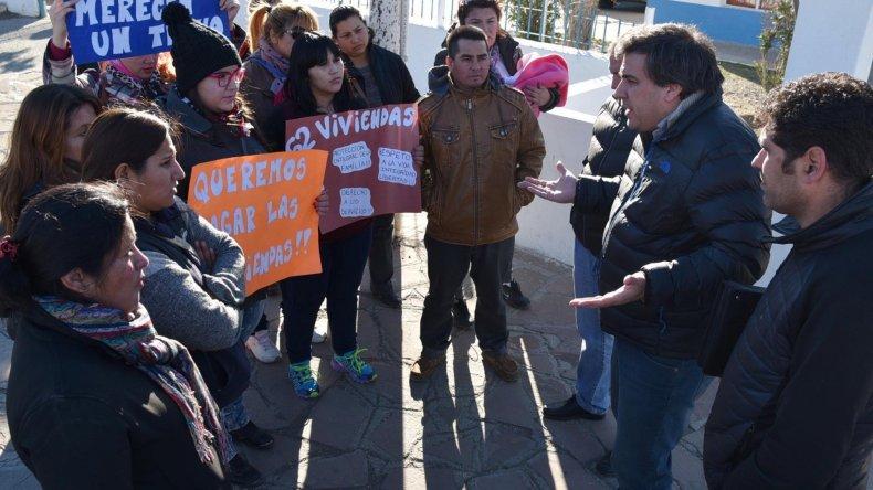 Un grupo de mujeres que tienen temor de ser desalojadas de las viviendas que ocuparon ilegalmente
