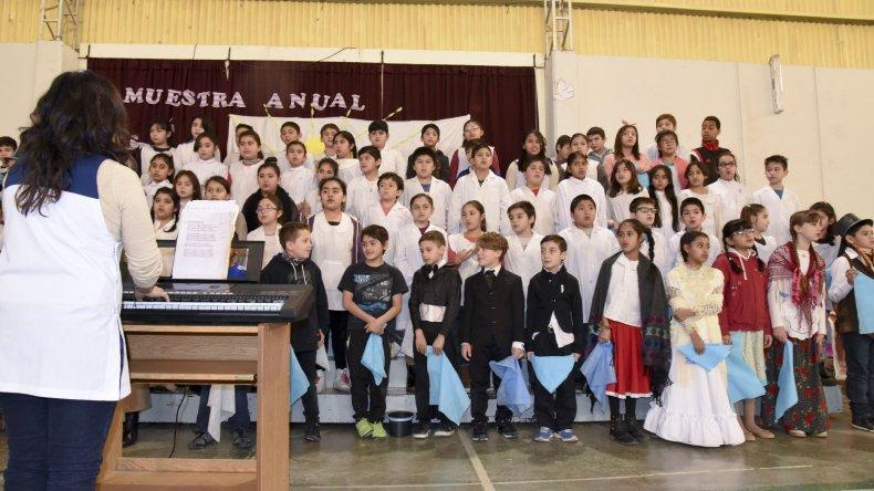 La comunidad educativa de la Escuela 43 presentó la muestra anual institucional que está relacionada a los festejos por el Bicentenario.