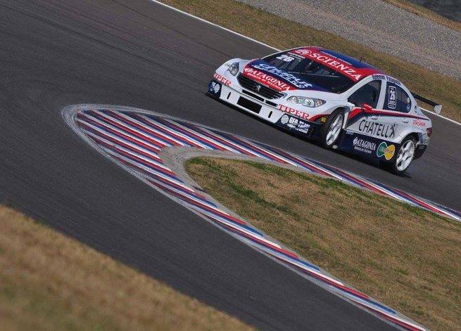 El Peugeot 408 de Luciano Farroni está listo para salir a la pista.