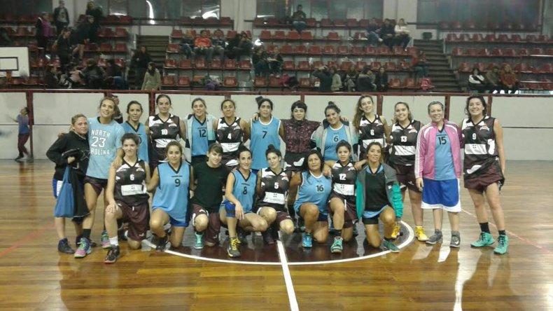 Las chicas de Federación Deportiva y Comisión de Actividades Infantiles posando en el gimnasio Diego Simón.