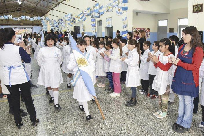 Las banderas engalanaron el acto por el Día del Cooperativismo.