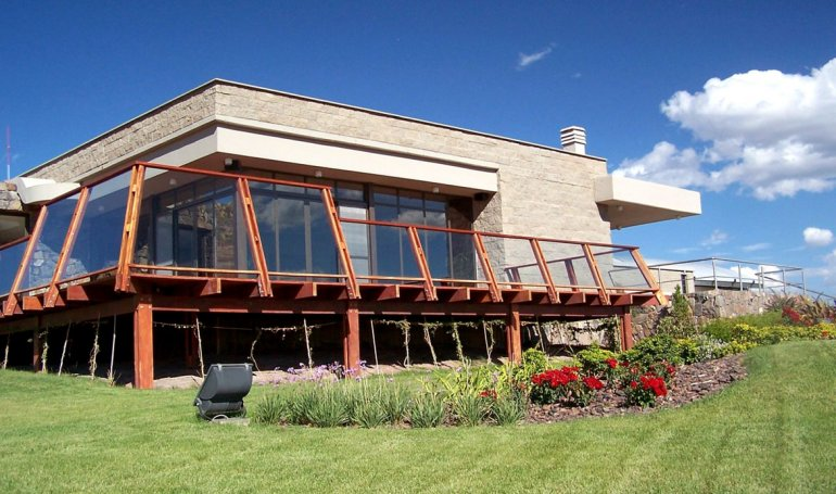 De una atractiva arquitectura la Bodega Schroeder es quizás una de las más interesantes por visitar