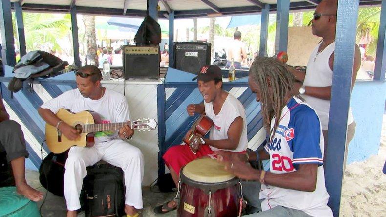 Pisar este suelo es dejarse llevar por el vaivén de la música y disfrutar junto con los isleños.