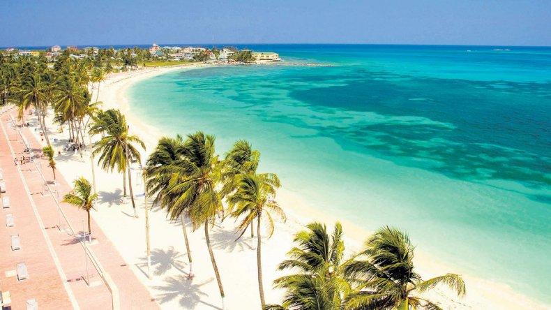 El mejor atractivo de San Andrés es su mar de siete colores que alberga peces coloridos y corales.