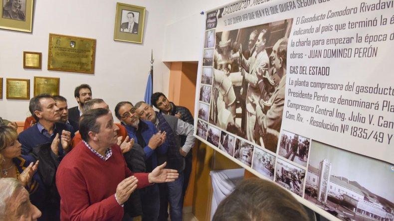 En el Consejo de Localidad se inauguró un banner con la imagen de Perón y el gasoducto que lleva su nombre.