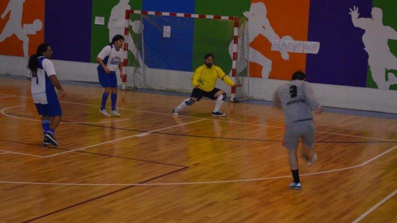 El fútbol de salón del Sindicato Jerárquico continuará esta tarde con ocho partidos en el gimnasio del complejo Huergo.