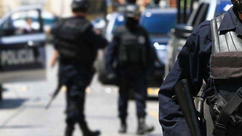 Tres policías fueron agredidos y dos terminaron con lesiones de consideración.
