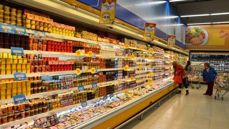 Los supermercados promocionan por la compra de dos unidades llevar la segunda a mitad de precio o llevar tres productos al valor de dos.