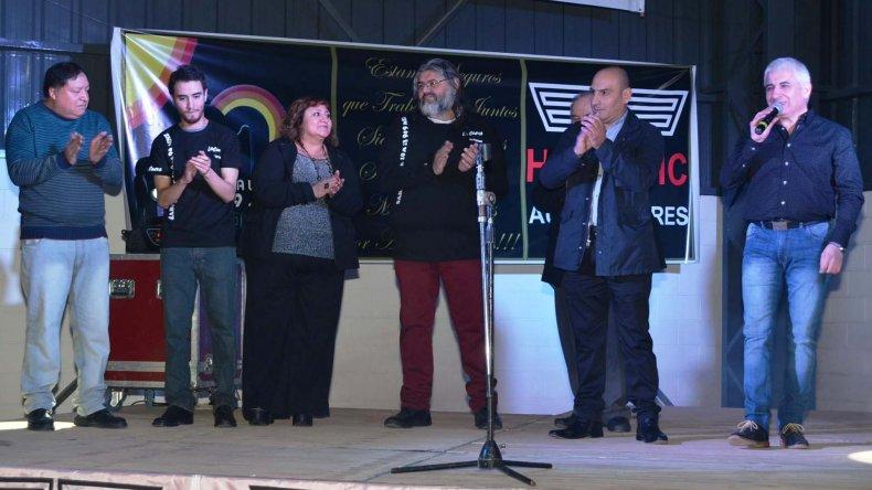 José Vargas (derecha) y todo el equipo de Radio Frecuencia Uno de Caleta Olivia