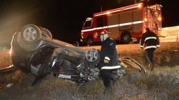 El Honda Fit, en el que viajaban cuatro integrantes de una familia truncadense, terminó volcado a varios metros de la calzada.