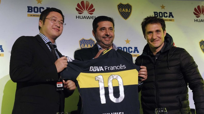Daniel Angelici y Guillermo Barros Schelotto durante la presentación de un nuevo sponsor del club.