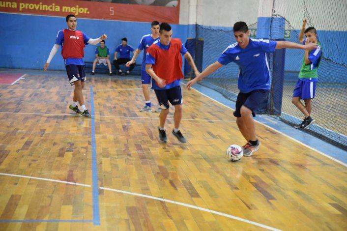 Los jugadores azzurros realizando movimientos en una de las canchitas de la sede de la Comisión de Actividades Infantiles.