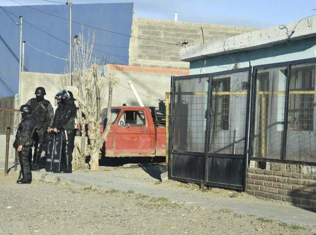 Uno de los allanamientos por el robo de ovejas se realizó en una casa del barrio Koltum de Caleta Olivia.