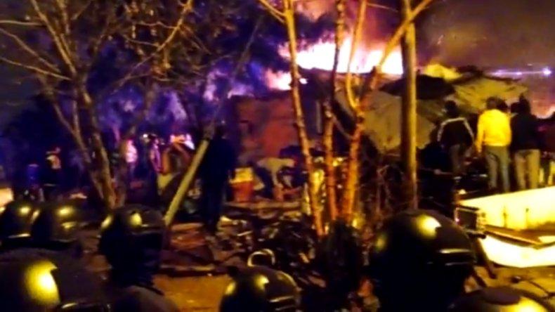 Impresionante pueblada en Paraná: así quemaron la casa de presunto asesino
