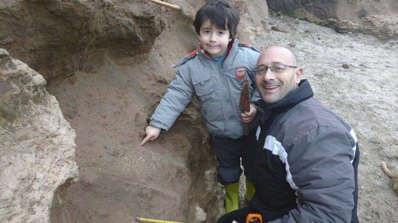 Martín Landini en el lugar donde se hallan los fósiles.